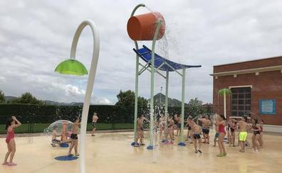 El parque acuático dispara el número de usuarios en las piscinas de Abanto