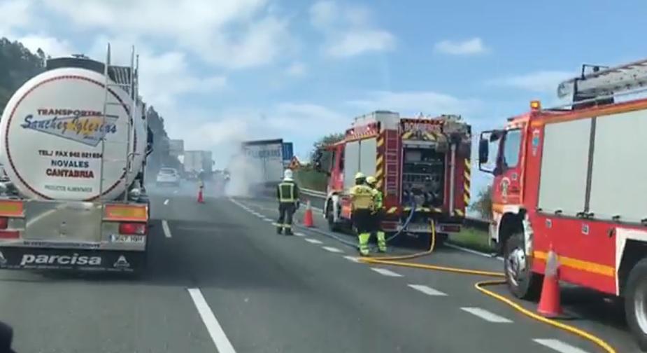 La A-8 recupera la normalidad tras tres horas de atascos por el camión incendiado en Saltacaballo