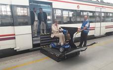 María Luisa consigue ir en tren con su silla de ruedas eléctrica