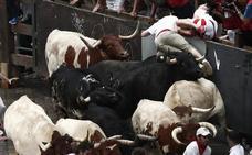 Dos heridos por asta de toro en el primer encierro de San Fermín