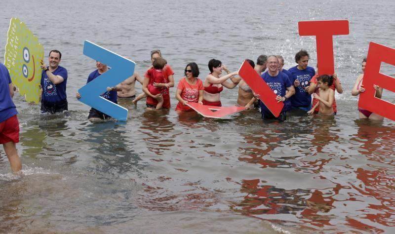 Un baño de solidaridad por la esclerosis múltiple
