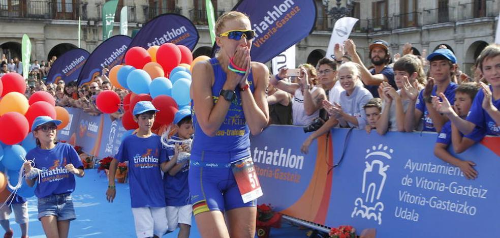 La última ganadora del triatlón de Vitoria, Julia Mai, se retira en el sector del agua