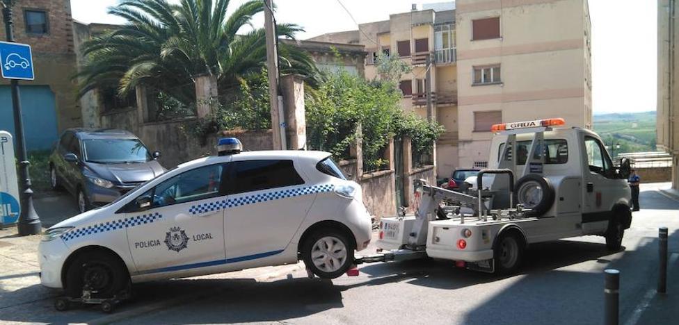 La grúa municipal retira de la Jefatura el coche eléctrico de la Policía Local