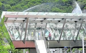 Tres chorros de agua para reducir el calor en la estación de metro de Etxebarri