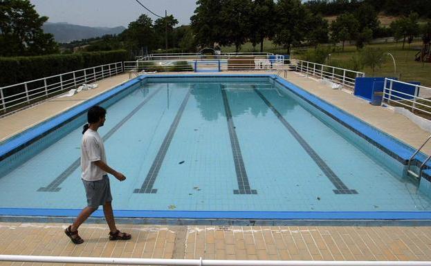 Un socorrista de unas piscinas de lava impide ba arse a un menor transg nero por no quitarse la - Socorrista de piscina ...