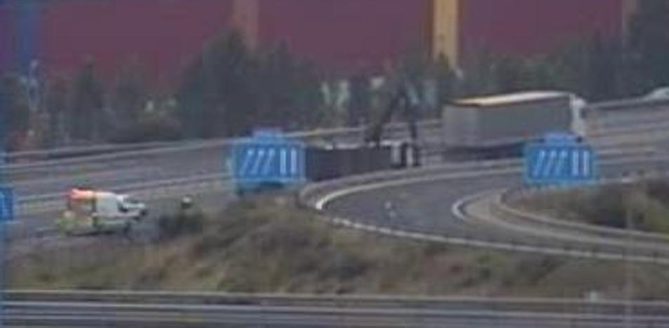 Reabren al tráfico el acceso a la AP-1 en Armiñón tras el accidente de dos camiones