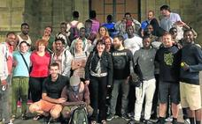 Decenas de migrantes renuncian a seguir hacia Europa y eligen quedarse en Bilbao