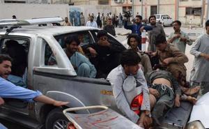 Un atentado suicida contra un candidato electoral en Pakistán deja 128 muertos y 122 heridos