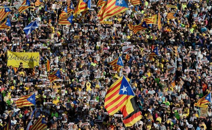 Miles de personas piden en Barcelona la libertad de los políticos presos