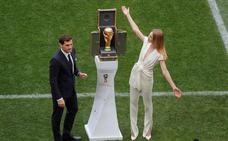 La diva rusa Natalia Vodiánova llevará la Copa del Mundo que recibirá el campeón