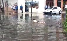 Los vecinos de Lakua-Arriaga se lanzan al agua tras la tormenta