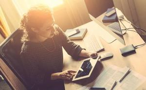 Las mujeres trabajan 26 horas semanales no remuneradas, un 53% más que los hombres