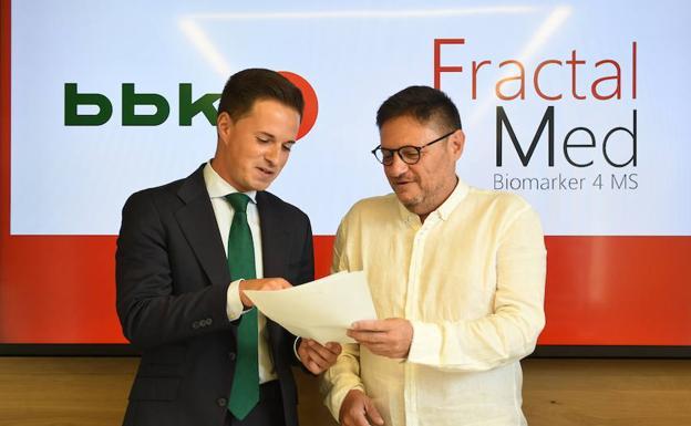 El adjunto a la dirección financiera de BBK, Jon Ruiz, y el director de FractalMed, Juanma Villanueva. /LUIS ÁNGEL GÓMEZ