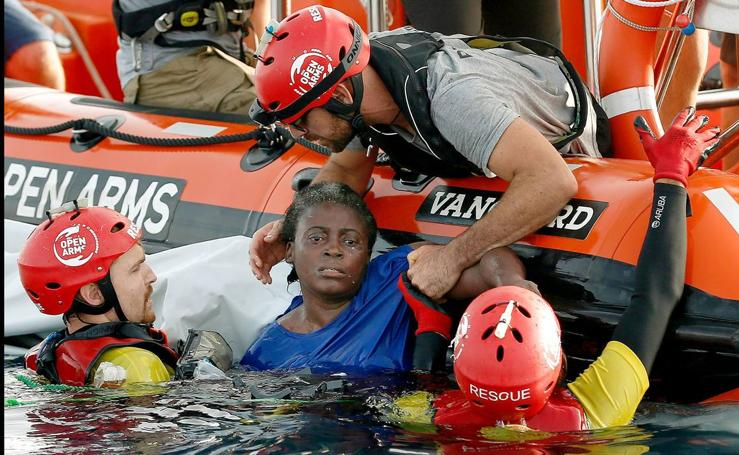 Proactiva Open Arms denuncia que los guardacostas libios dejaron morir a una mujer y un niño tras hundir su embarcación