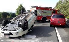 Tres heridos al colisionar por alcance otros tantos turismos en Gernika