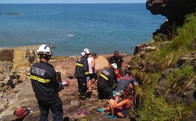 Evacúan en helicóptero a una excursionista tras caerse por un acantilado en Mendexa