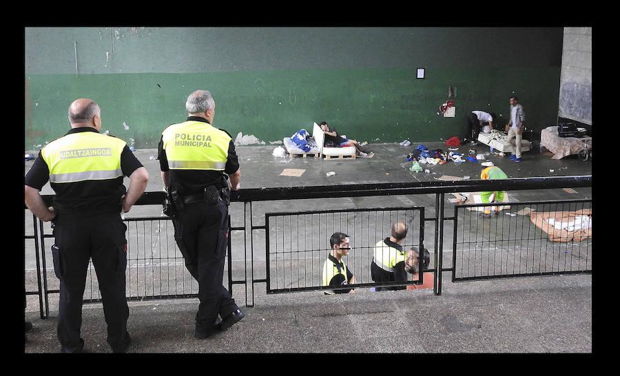 Desalojan a los 'sin techo' que dormían en el frontón de Rekalde