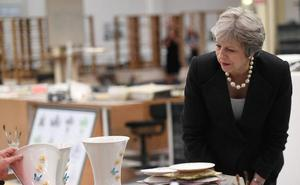 May defiende en Belfast los beneficios de su plan europeo