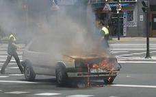 Un coche arde por una avería en el cruce de Beato y la Avenida