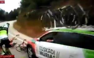 Caída de un corredor del Fundación Euskadi tras un contacto con el coche del Euskadi Murias