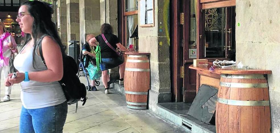 El Ararteko pide al Ayuntamiento que haga respetar la normativa a las terrazas de la Plaza Nueva