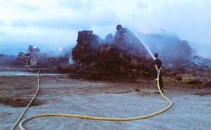 Espectacular vídeo del incendio de una pajera junto al embalse de Ullíbarri-Gamboa