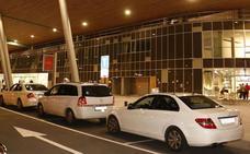 Los taxistas de Vitoria esperarán hasta que sus pasajeras entren en el portal