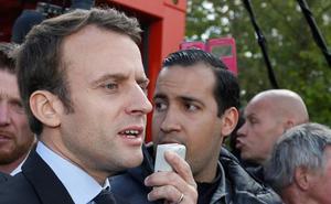 Macron, obligado a despedir a su diablo de la guarda