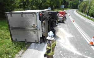 Dos heridos al volcar un camión en la rotonda de Larrondo, en Sondika