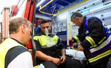 Tres policías municipales resultan intoxicados al rescatar a una mujer en un incendio en su piso de Santutxu