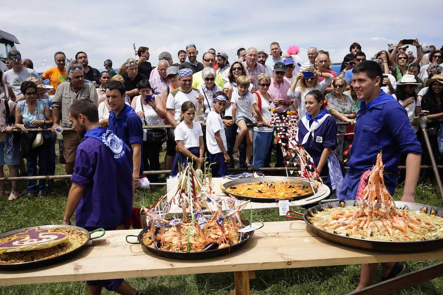 Miles de personas se dan cita en el concurso de paellas de Aixerrota