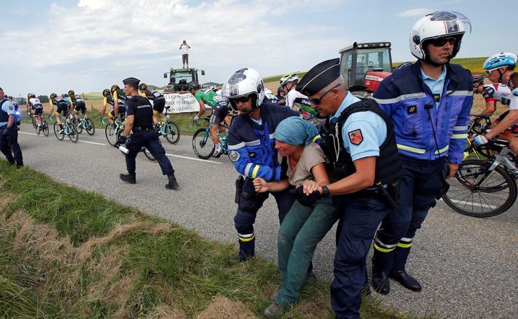 Interrumpen durante 17 minutos la etapa del Tour por el lanzamiento de gases lacrimógenos