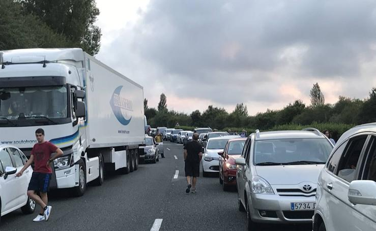 Corte total en la A-8 en Cantabria por un camión cruzado en sentido Bilbao