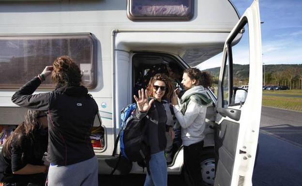 Varias jóvenes bajan de su autocaravana. / M. S.