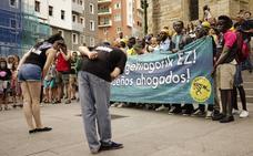 Bilbao cerrará por la noche las canchas que han cobijado por la noche a 50 migrantes