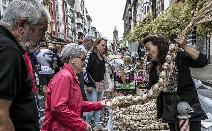 Cientos de vitorianos se han acercado al tradicional mercado de los ajos en la Cuesta de San Francisco