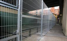 El Ayuntamiento valla el frontón de Rekalde para impedir el acceso a nuevos 'sin techo'