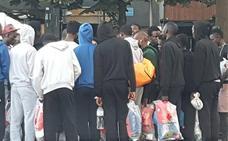 Vecinos de Bilbao asisten cada noche a 60 migrantes sin plaza en el centro de acogida