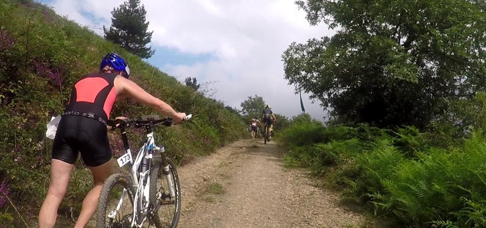 El triatlón de montaña más duro de Euskadi, desde dentro: «Ni un metro llano, pura agonía»
