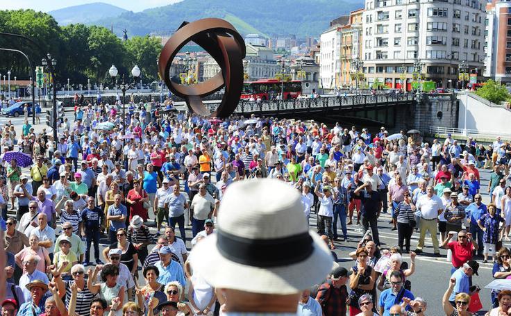 Nueva concentración de los pensionistas de Bizkaia frente al Ayuntamiento de Bilbao