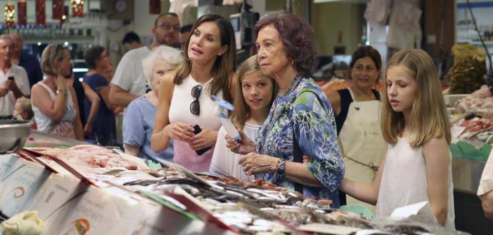 Las reinas y las infantas dan un paseo por Palma de Mallorca