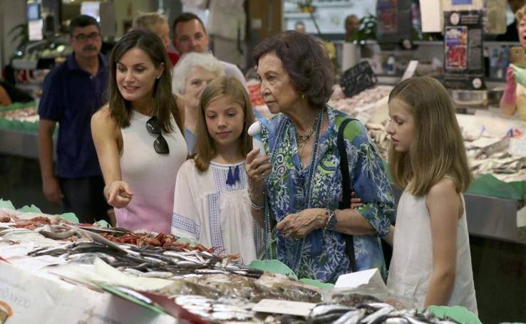 Las reinas y las infantas dan un paseo por el mercado en Palma de Mallorca