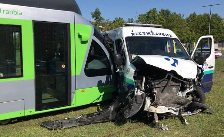 El tranvía de Vitoria choca contra una ambulancia que iba al hospital de Txagorritxu