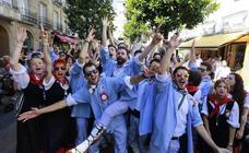 Los blusas llenan de ritmo el centro de Vitoria con su primer paseíllo de fiestas