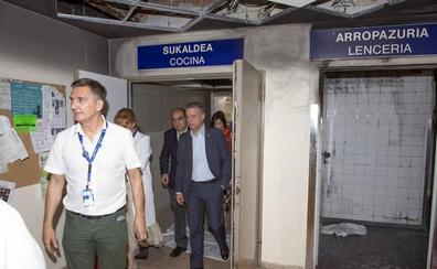 Urkullu visita Txagorritxu para conocer los daños causados por el incendio en la sala de lencería