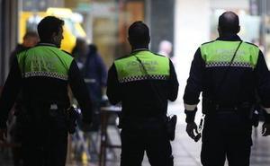 Un hombre que paseaba de noche en pijama y con un perro peligroso sin correa agrede a un policía en Vitoria