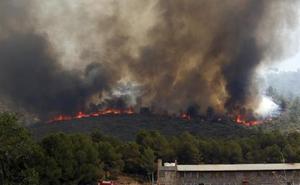 El incendio de Valencia arrasa Pinet y amenaza la sierra de Quatretonda