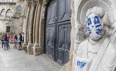 Termina la limpieza de la pintada en una escultura de la catedral de Santiago