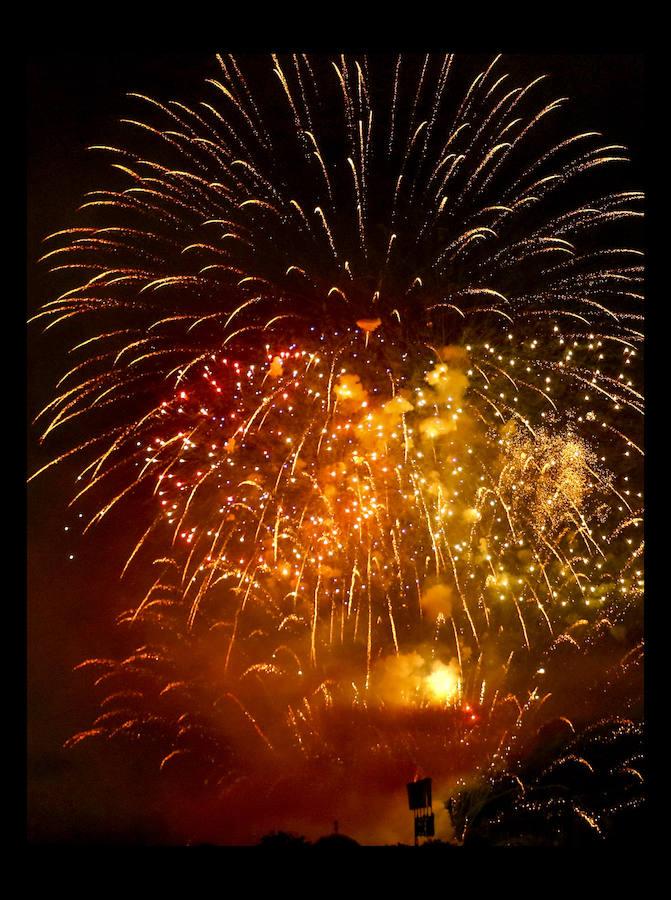 Los fuegos artificiales congregan a miles de vitorianos cada día