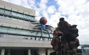 Una gran araña en el Euskalduna anticipa la llegada de 'La Familia Adams' a Bilbao